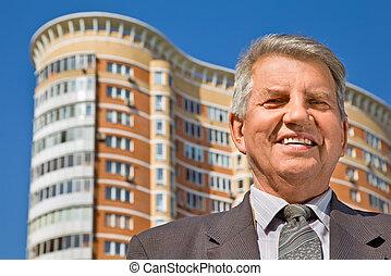 senior mand, hos, den, bygning