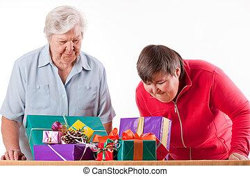 senior, med, mentally, handikappat, dotter, överväga, gåvor