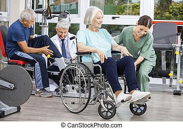 senior, mensen, wezen, geassisteerd, door, physiotherapists,...