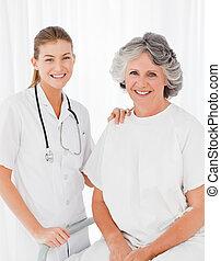 senior, met, haar, verpleegkundige, kijken naar van het fototoestel