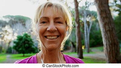 senior, park, het glimlachen, 4k, vrouw
