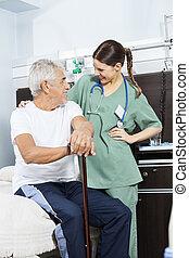 senior, patiënt, en, jonge, verpleegkundige, beschouwende elkaar