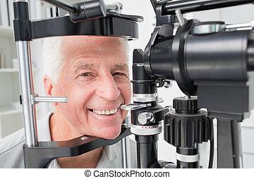 senior, patiënt, gebruik, spleetlamp, op, kliniek