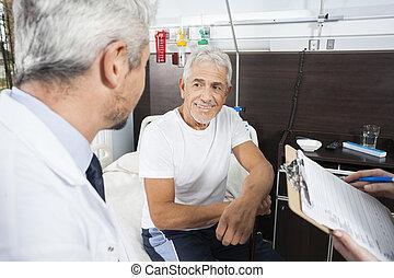 senior, patiënt, kijken naar, arts, in, rehab, centrum
