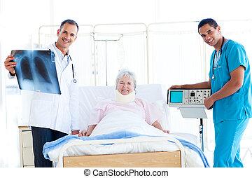 senior, patiënt, kijken naar, een, rontgen, met, haar, arts