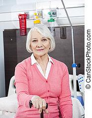 senior, patiënt, vasthouden, stok, op, rehab, centrum