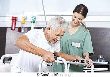senior, patiënt, wezen, geassisteerd, door, vrouwlijk, verpleegkundige, in, gebruik, walker