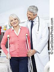 senior, patiënt, wezen, hielp, door, arts, met, krukken