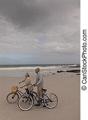senior, pieszy, para, rower, plaża, szczęśliwy