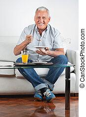 senior, posiadanie, śniadanie, człowiek
