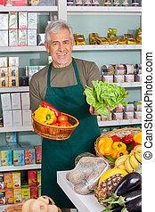 senior, representant, säljande, grönsaken, in, supermarket