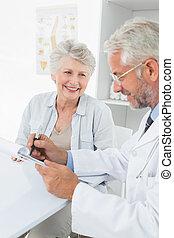 senior, samiczy doktor, odwiedzając, pacjent