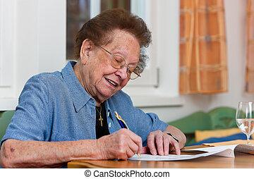 senior, skriver, brev, medborgare