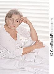 senior, smutna kobieta