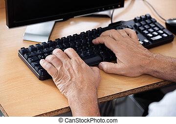 senior, student, het gebruiken computer, in, klaslokaal