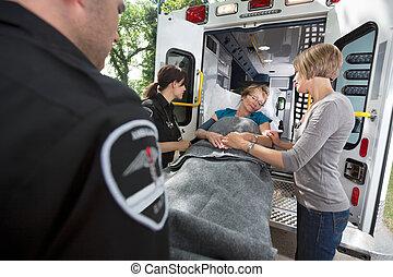 senior törődik, szükséghelyzet, mentőautó