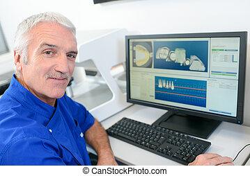 senior, tandläkare, användande, a, dator