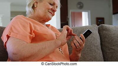 senior, telefoon, beweeglijk, sofa, gebruik, vrouw
