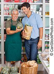 senior, verkoper, helpen, klant, in, aankoop, groentes