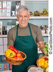 senior, verkoper, vasthouden, plantaardige mand