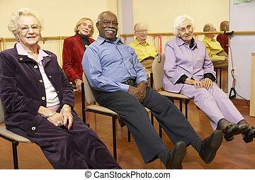 senior, volwassenen, in, een, stretching, stand