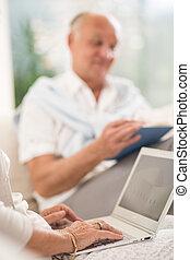 senior, vrouwlijk, gebruikende laptop