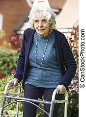 senior, vrouwlijk, in, tuin, gebruik, lopend met vensterraam