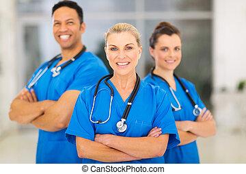senior, vrouwtje arts, toonaangevend, medisch team