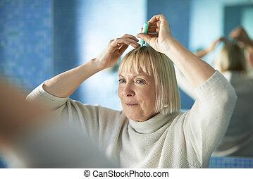 senior woman, átvizsgálás, hajszálrepedés, helyett, szőr kár