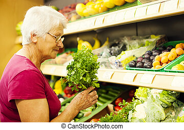 senior woman, élelmiszer áruház