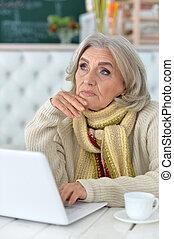 senior woman, användande dator