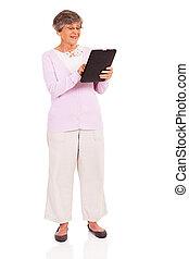 senior woman, användande, kompress, dator