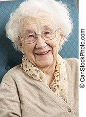 senior woman, avkopplande, i stol, hemma