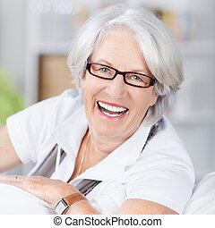 senior woman, bära glasögon, hemma