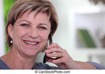 senior woman, -ban, telefon