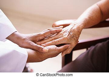 senior woman, beszéd, noha, fekete, orvos, alatt, menedékház
