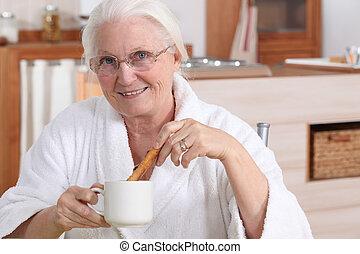 senior woman, birtoklás, reggeli