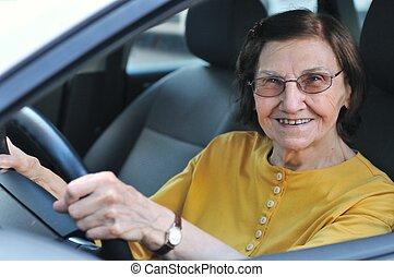 senior woman, drivande, bil