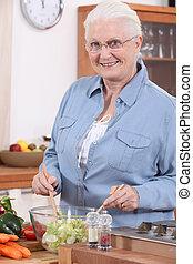 senior woman, előkészítő, saláta