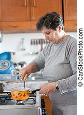 senior woman, főzés