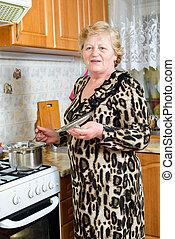 senior woman, főzés, konyha