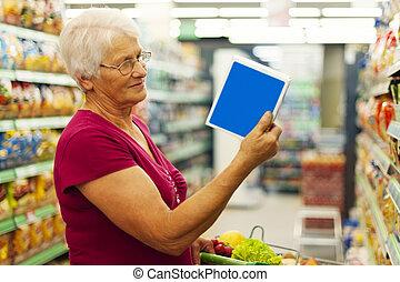 senior woman, felolvasás, leírás, képben látható, szekrény