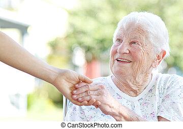 senior woman, gårdsbruksenheten räcker, med, vaktmästare