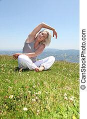 senior woman, gör, sträckande, träningen, in, bygd