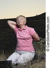 senior woman, göra, a, sträckande, träningen