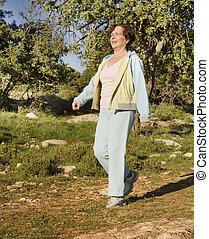 senior woman, gyalogló