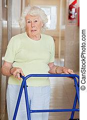 senior woman, használ, zimmer keret