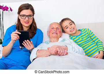 senior woman, havande kul, med, familj, och, läkare