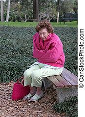 &, senior woman, hideg, bús