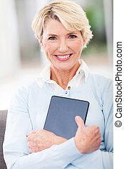 senior woman, holdingen, kompress, dator